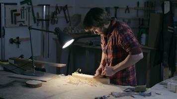 carpinteiro trabalhando em sua oficina video