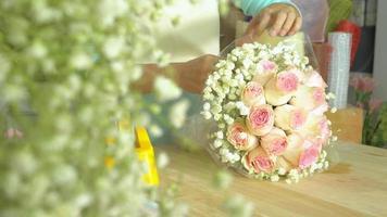 loja de flores, mão de florista organizando buquê de flores