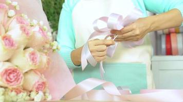 fleuriste, arrangement de bouquet, main de fleuriste faisant un arc floral