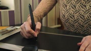 Frau zeichnet auf dem Tablett, glattes Panorama