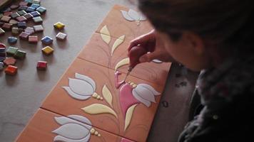 fabricante de cerâmica preenchendo traços de lápis em terracota com bulbo de borracha