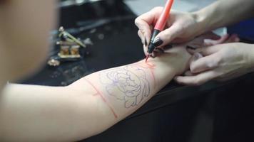 lavorando sul disegno del tatuaggio