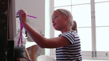 jovem trabalhando em pintura em estúdio, filmado em câmera r3d video