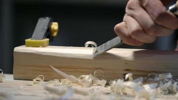 falegname con scalpello da legno