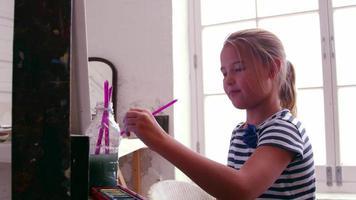Niña trabajando en pintura en estudio de disparo con cámara r3d
