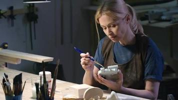artista pittura giocattolo fatto a mano in officina