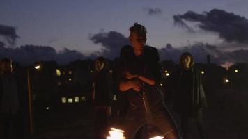 artista masculino realizando show de fogo ao ar livre no entardecer. video