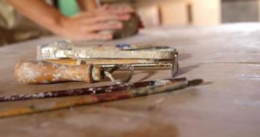 vrouwelijke pottenbakker die een klei vormt