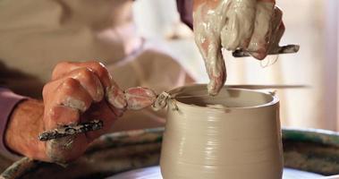 middengedeelte van pottenbakker die pot maakt