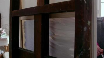 Artista masculino trabajando en pintura en estudio de disparo en r3d