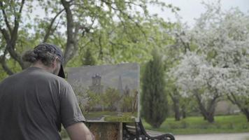 conceito primavera branca. artista habilidoso desenha pinturas de macieiras em flor video