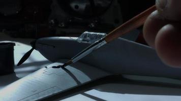 4 k composizione tecnica di una mano che dipinge un aeroplano