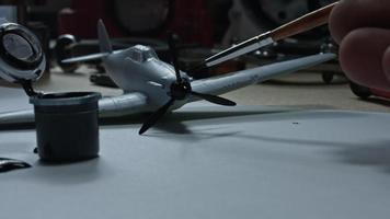 4k technische Zusammensetzung einer Hand, die ein Flugzeug malt video