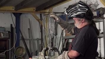 un arco di scultore che lavora sulla sua statua