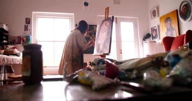 artista pintando autorretrato em tintas a óleo sobre tela video