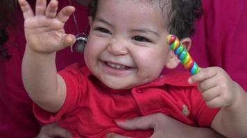 menino feliz sorrindo