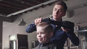 niño disfrutando de un nuevo peinado