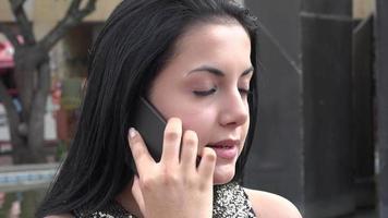 mujer hispana, hablar teléfono celular