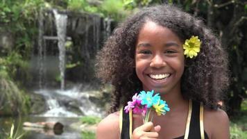 afrikanisches jugendlich Mädchen am Wasserfall