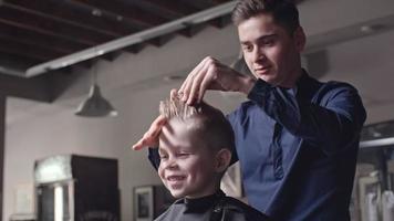 hacer que el cabello moderno se vea para niño