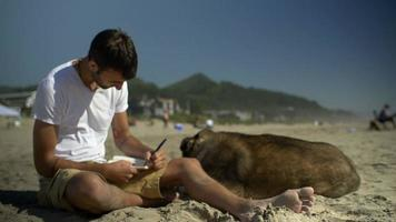 l'homme se concentre sur son écriture