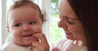 dentición bebé niño mordiendo el dedo de la madre