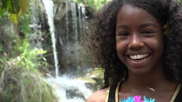 menina adolescente africana na cachoeira video