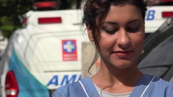 giovane infermiera ispanica e ambulanza