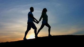 Silhouette eines jungen Paares. video