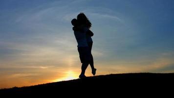 giochi d'amore contro il sole al tramonto.