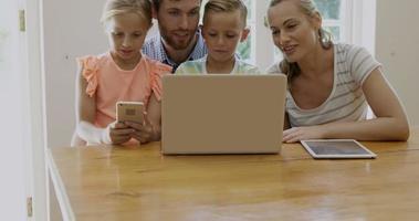 retrato de família feliz usando tecnologia video