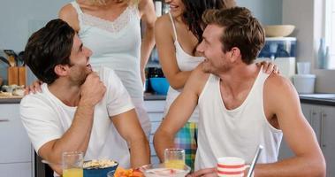 lindas parejas riendo en la cocina