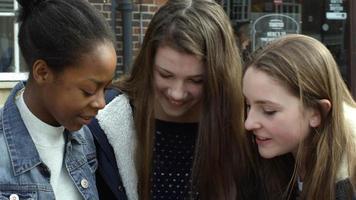 Teenager-Mädchen mit Handys in der Stadt erschossen auf R3D