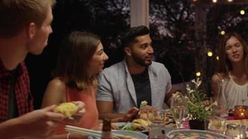 Freunde, die über eine Dinnerparty auf einer Dachterrasse lachen, ibiza, erschossen auf r3d video