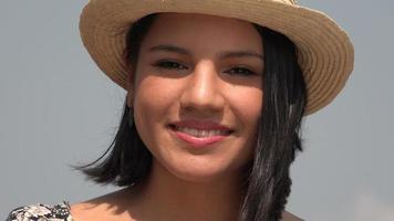 femme souriante, à, chapeau