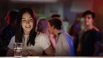 giovane uomo che controlla donna al bar