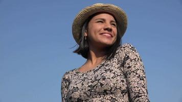 mulher sorridente em dia ensolarado