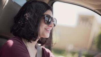 close-up médio de uma mulher dirigindo um carro