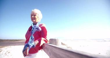 mulher idosa ativa na praia