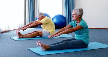 anziani che eseguono esercizi di stretching