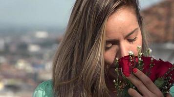mulher com flores vermelhas