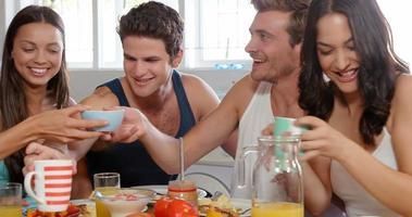 amigos desayunando en la cocina