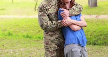 soldado feliz abraçando sua esposa