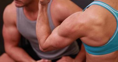 fit Menschen, die ihre Muskeln spielen