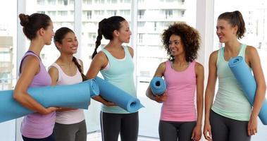 Clase de fitness charlando antes de su entrenamiento en fitness studio video