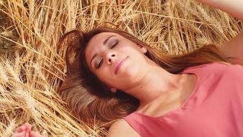 hermosa morena tendido en un campo de trigo