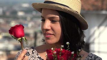 vrouw met rode rozen