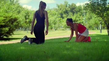 Happy fitness woman parler et rire avant l'entraînement de fitness dans le parc
