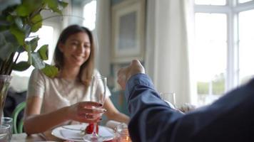 Hombre abriendo una botella de champán en la comida del día de San Valentín video