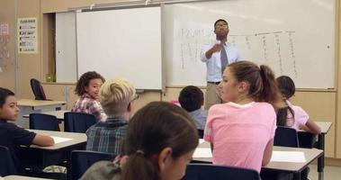 colegiala respondiendo una pregunta al frente de la clase, filmada en r3d